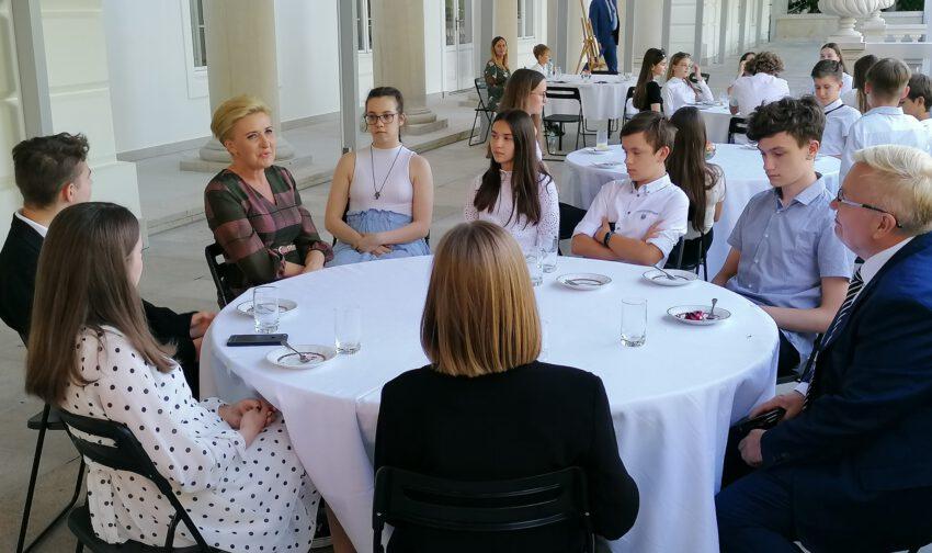 Uczniowie spotkali się z Pierwsza Damą - Zdjęcie główne