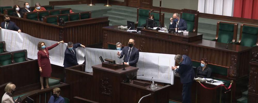 Podkarpacie. Minister z 30-metrową rolką zaprezentował drogowe sukcesy PiS - Zdjęcie główne