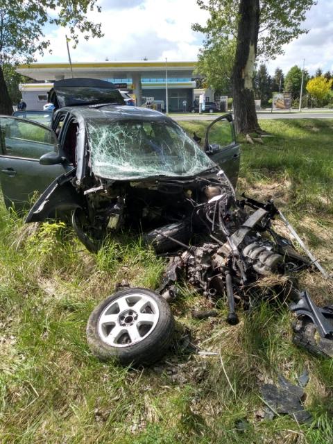 REGION: Wypadł z drogi i roztrzaskał auto  - Zdjęcie główne