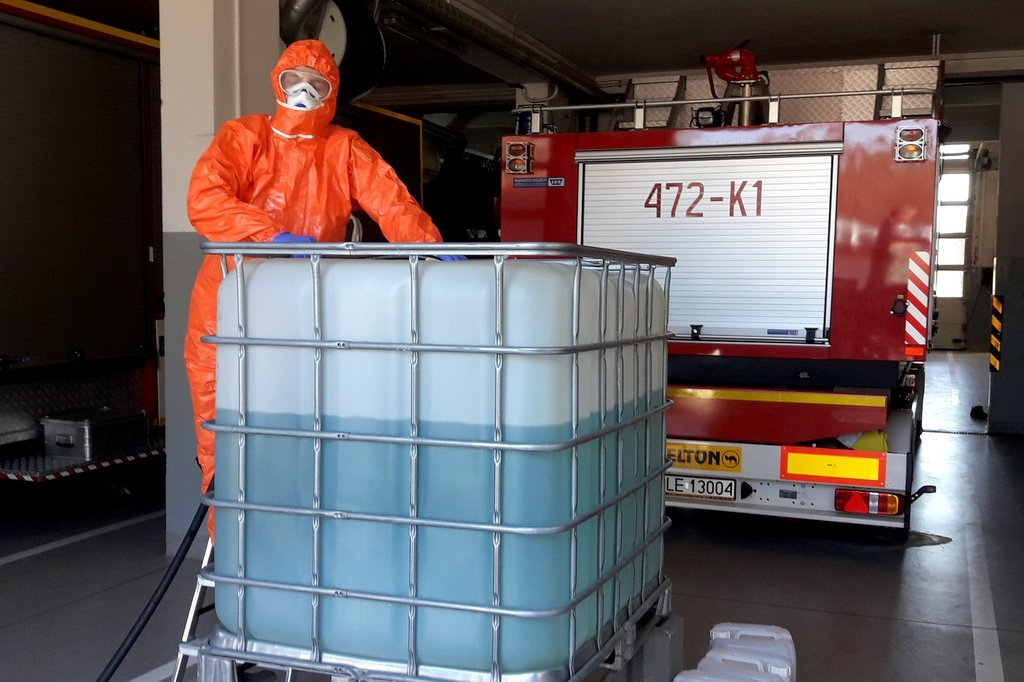 Strażaccy chemicy przygotowali ponad 700 litrów preparatu do dezynfekcji [FOTO] - Zdjęcie główne