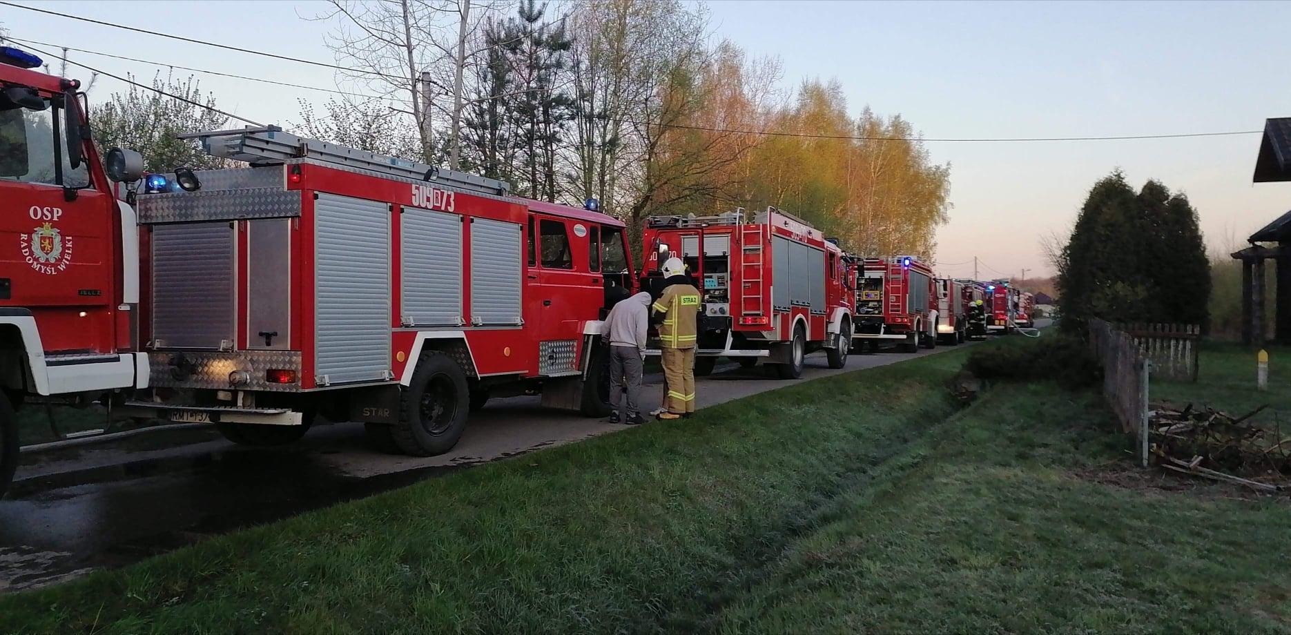 Pożar w gminie Radomyśl. Z ogniem walczyło 11 zastępów straży pożarnej - Zdjęcie główne