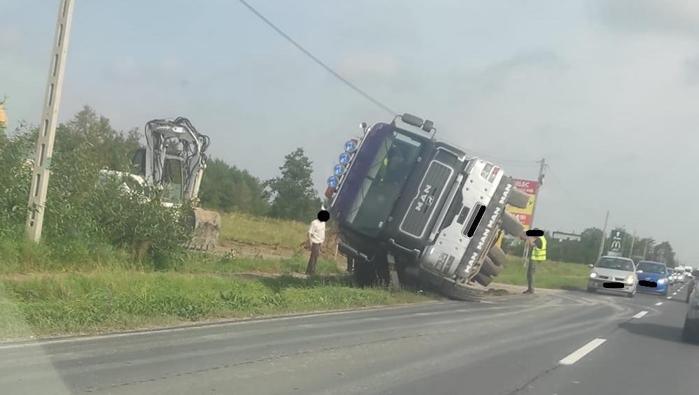 Ciężarówka na boku. Uwaga kierowcy - Zdjęcie główne