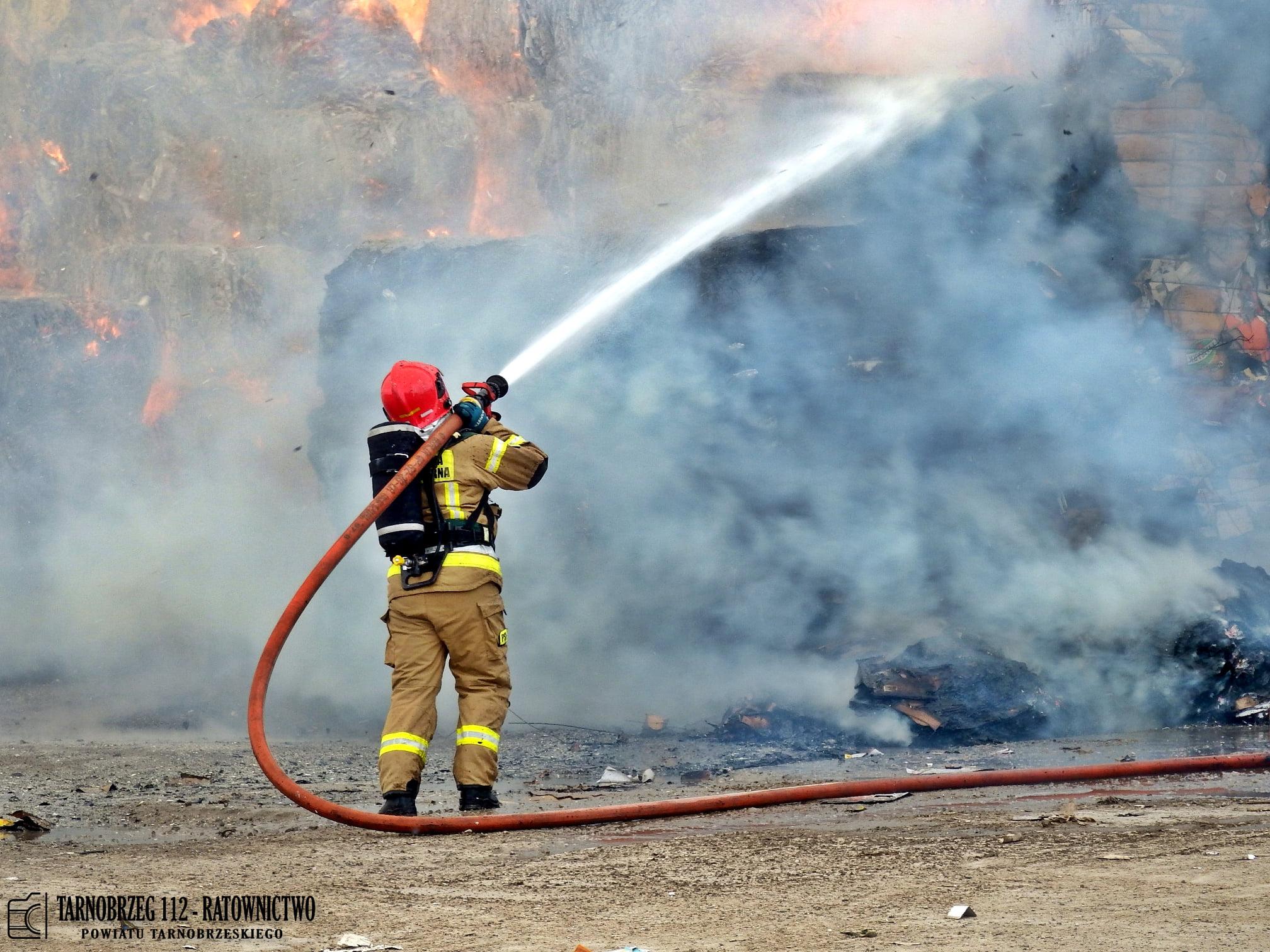 Strażacy gaszą pożar składowiska makulatury [FOTO+FILM]  - Zdjęcie główne