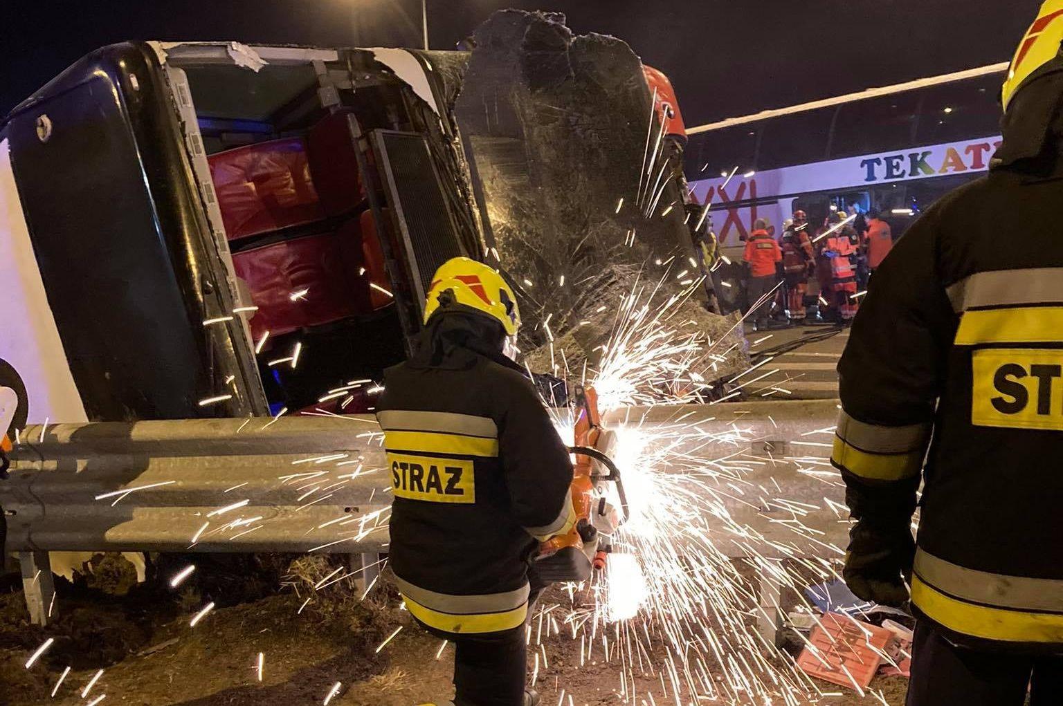 Dramatyczne sceny na autostradzie A4! Autokar przebił barierę! Są ranni i zabici! - Zdjęcie główne