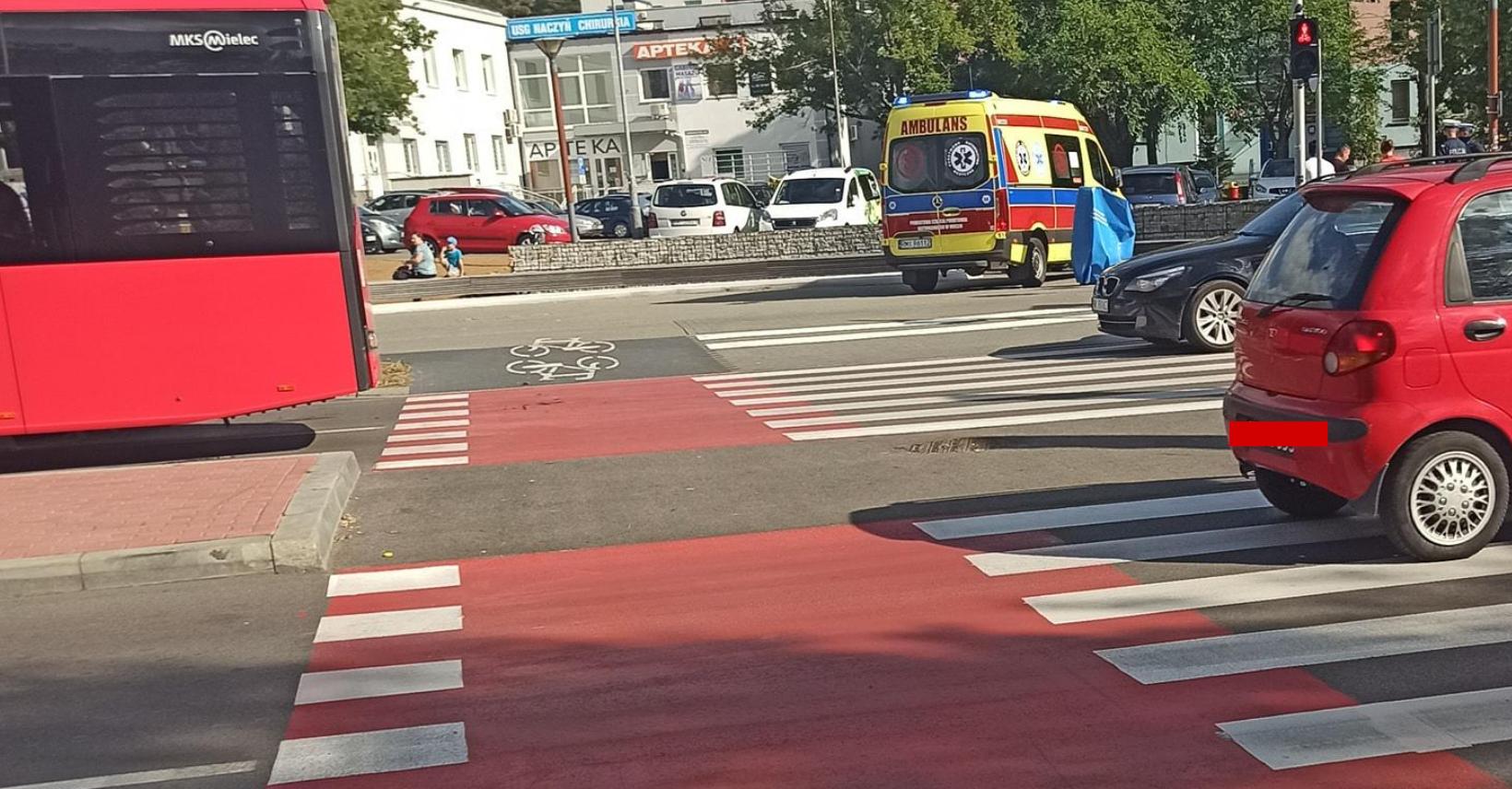 Potrącenie rowerzystki na przejściu koło galerii Aura  - Zdjęcie główne
