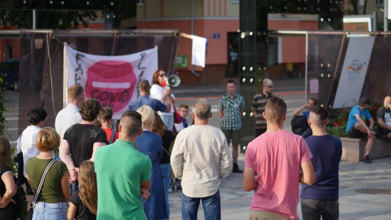 """Mówią: """"Dość pandemii!"""". W Mielcu pierwszy protest przeciwko noszeniu maseczek [VIDEO, FOTO] - Zdjęcie główne"""