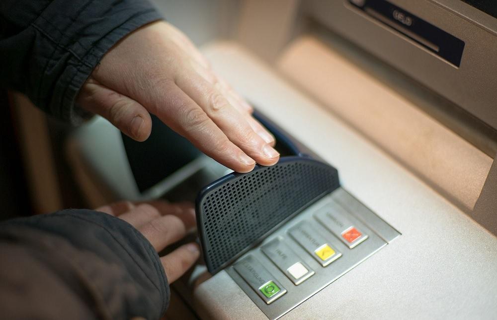 Podkarpackie.Montował w bankomatach urządzenia do zatrzymywania kart  - Zdjęcie główne