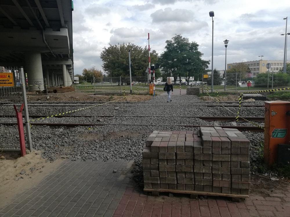"""Mielec: Mieszkańcy narzekają na przejście kolejowe! """"wózkiem nie przejedziesz!"""" - Zdjęcie główne"""