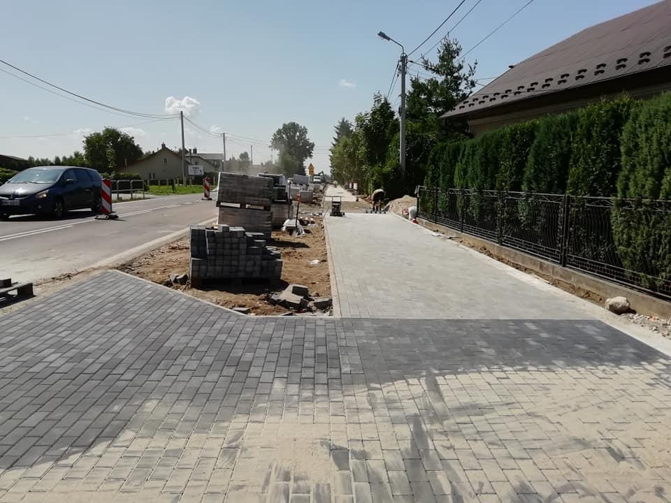 Chorzelów - widać już pierwsze efekty prac przy budowie chodnika - Zdjęcie główne