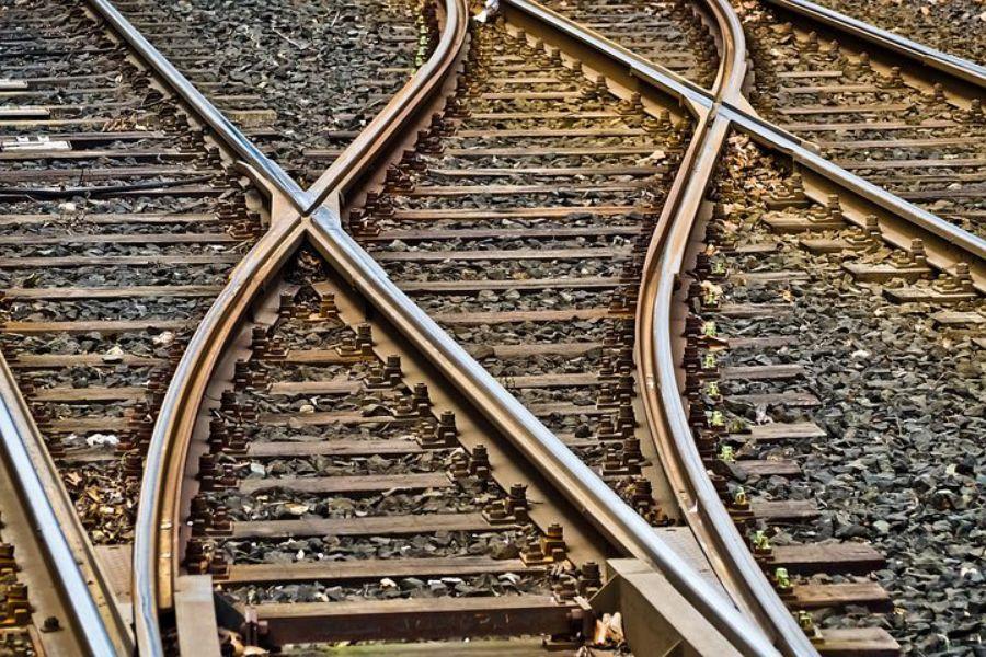Kierowca utknął na przejeżdzie kolejowym. Ratowali go policjanci - Zdjęcie główne