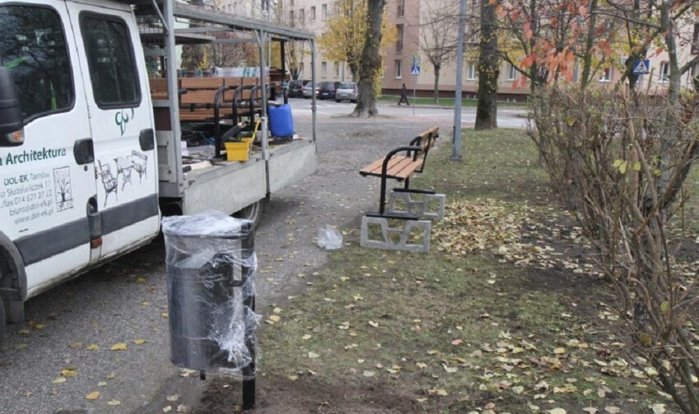 Nowe ławki i kosze w Mielcu - Zdjęcie główne