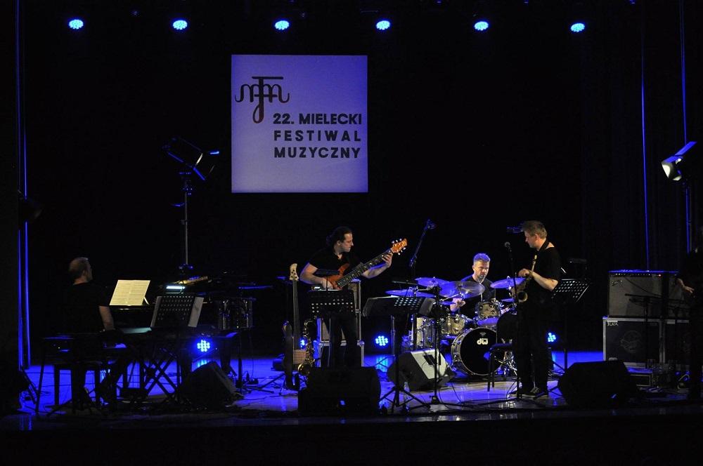 Mike Stern i Łukasz Pawlik z zespołem! Mocne jazzowe brzmienie na Inaugurację MFM w MIelcu [FOTO] - Zdjęcie główne