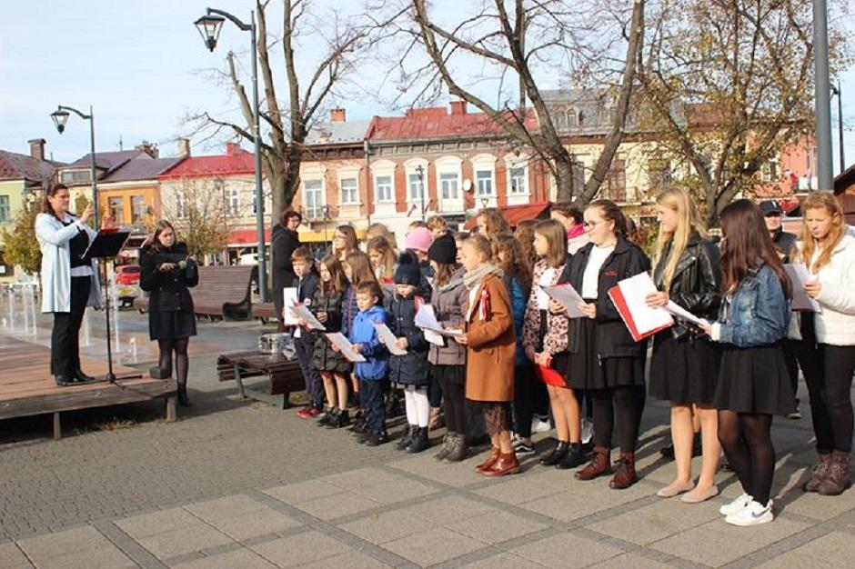 Uczniowie na mieleckim rynku świętowali odzyskanie niepodległości - Zdjęcie główne