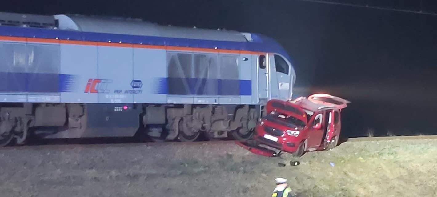 Podkarpacie. Auto wpadło pod pociąg. Ranna matka z dziećmi - Zdjęcie główne
