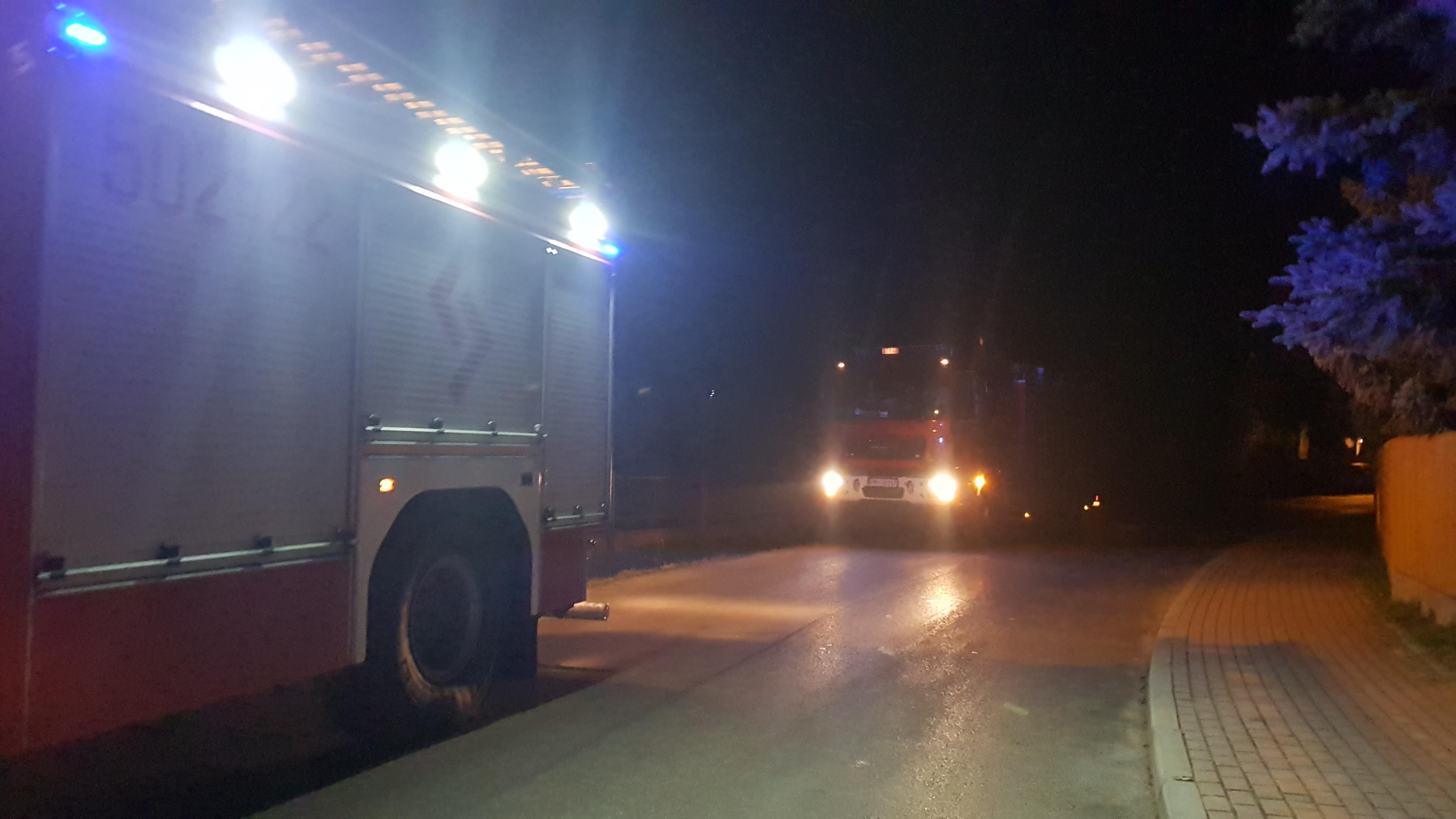 Strażacy usuwają plamę oleju - Zdjęcie główne