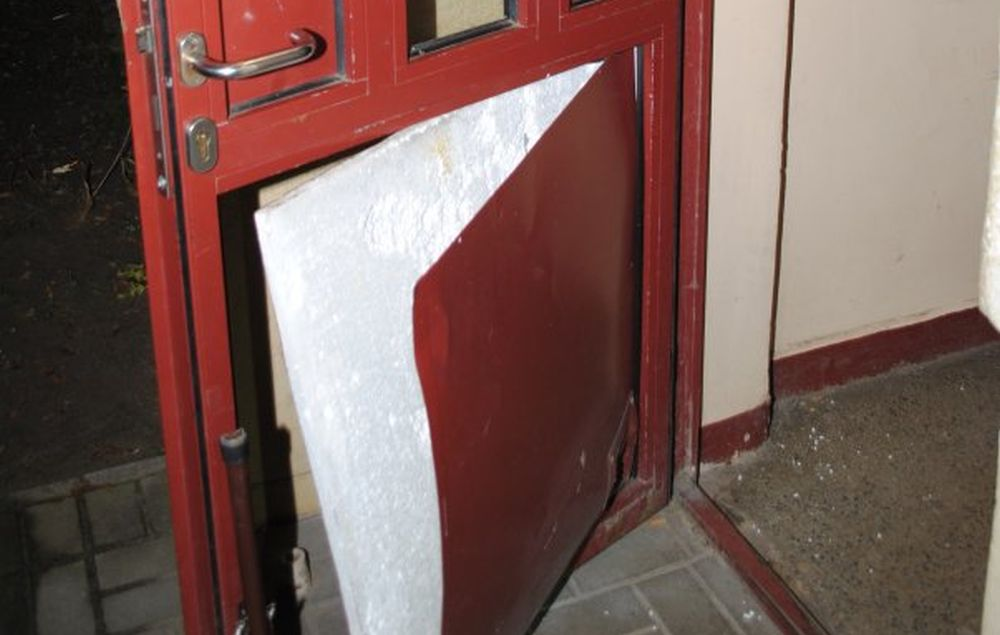 Pijany nie mógł wejść do domu, więc wywarzył drzwi - Zdjęcie główne