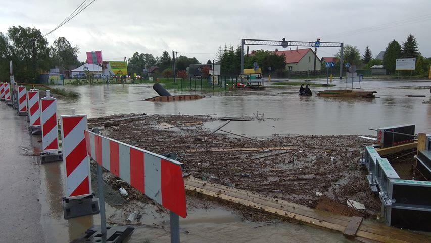 Woda zablokowała drogi! Mamy aktualny wykaz utrudnień!  - Zdjęcie główne