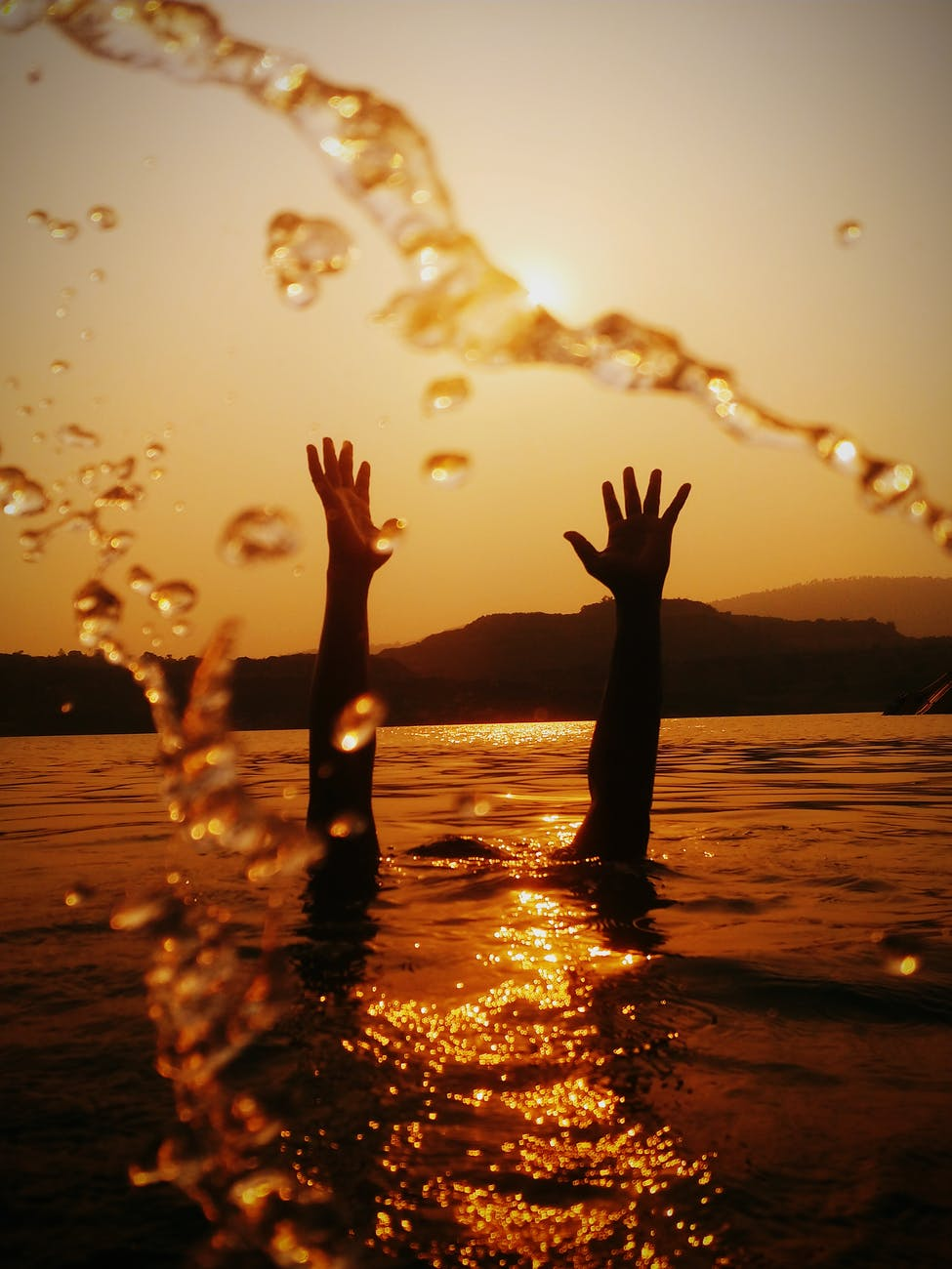 Mielec. Dwójka nastolatków omal nie utonęła w rzece. Uciekali przed policyjną interwencją - Zdjęcie główne