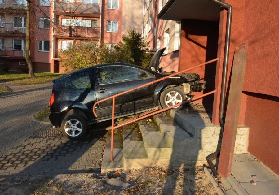 Podkarpacie. 82-latek wjechał samochodem po schodach [FOTO] - Zdjęcie główne