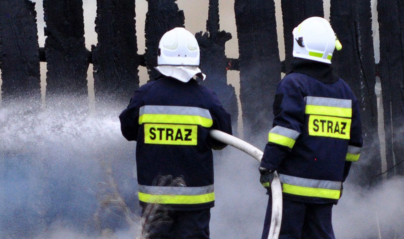 Drewniany dom stanął w ogniu. Starsza kobieta poszkodowana - Zdjęcie główne
