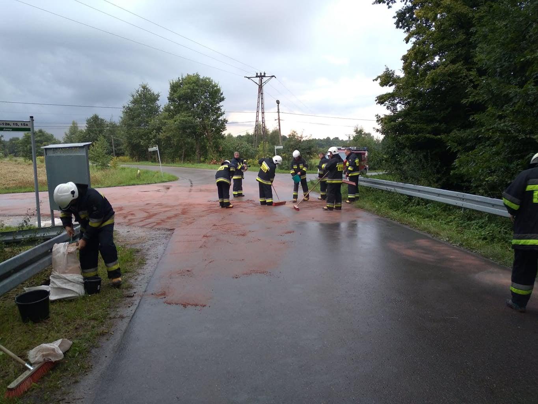NIEBEZPIECZEŃSTWO na drodze! Strażacy w akcji [ZDJĘCIA] - Zdjęcie główne