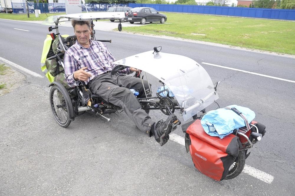 """Niezwykły podróżnik odwiedził Mielec. 64-letni Fin na """"rowerze"""" - Zdjęcie główne"""
