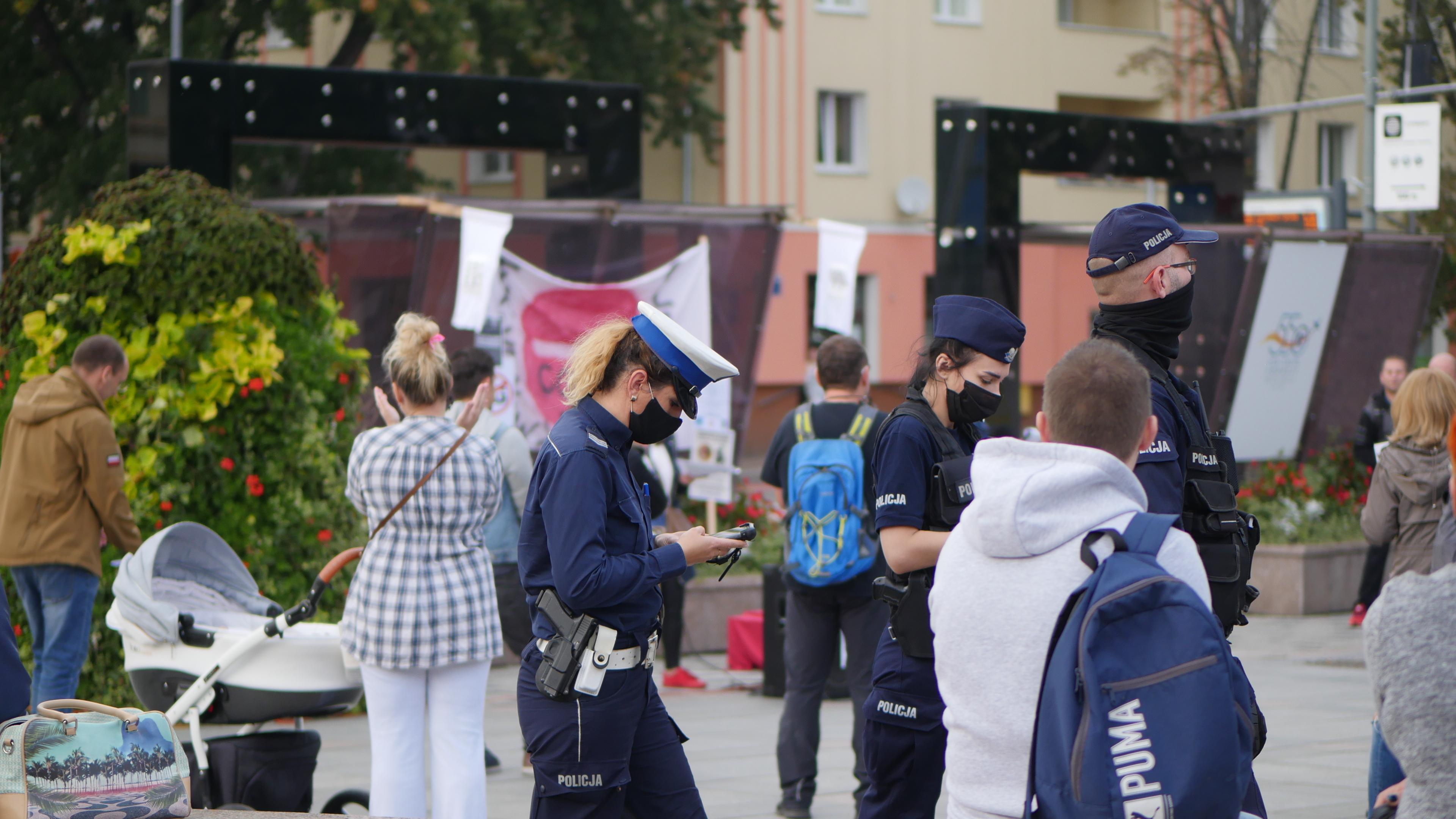 Policja legitymuje osoby, które nie noszą maseczek w Mielcu - Zdjęcie główne