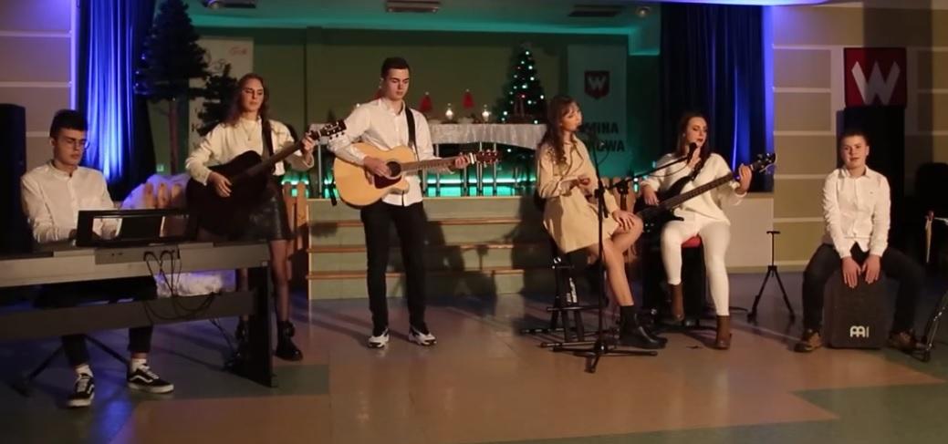 Utalentowana młodzież z Borowej nagrała znany świąteczny utwór - Zdjęcie główne