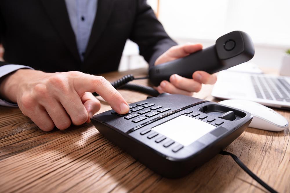 Telefon stacjonarny – czy to faktycznie przeżytek? A może jednak warto go mieć? - Zdjęcie główne