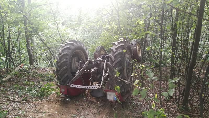 Z PODKARPACIA. Mężczyzna przygnieciony przez ciągnik rolniczy [FOTO] - Zdjęcie główne
