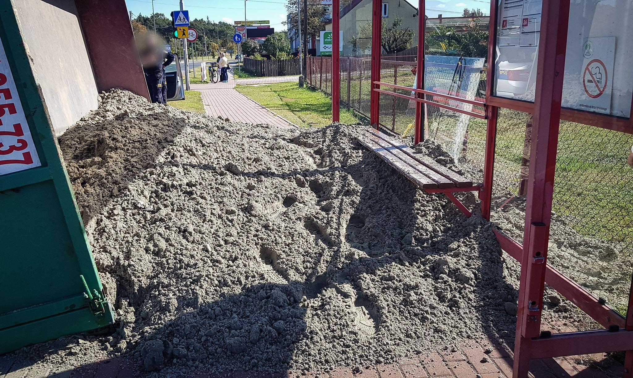 Mielec: Przyczepa z piaskiem przewrócona na przystanek! [FOTO] - Zdjęcie główne