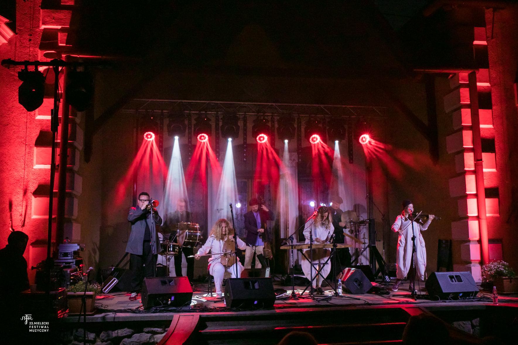 Kapela ze wsi Warszawa dała energetyczny koncert w Mielcu [FOTO] - Zdjęcie główne