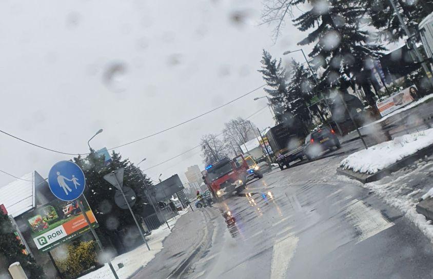 Ogromne korki przy wjeździe do Mielca. Groźna kolizja [MAPA] - Zdjęcie główne