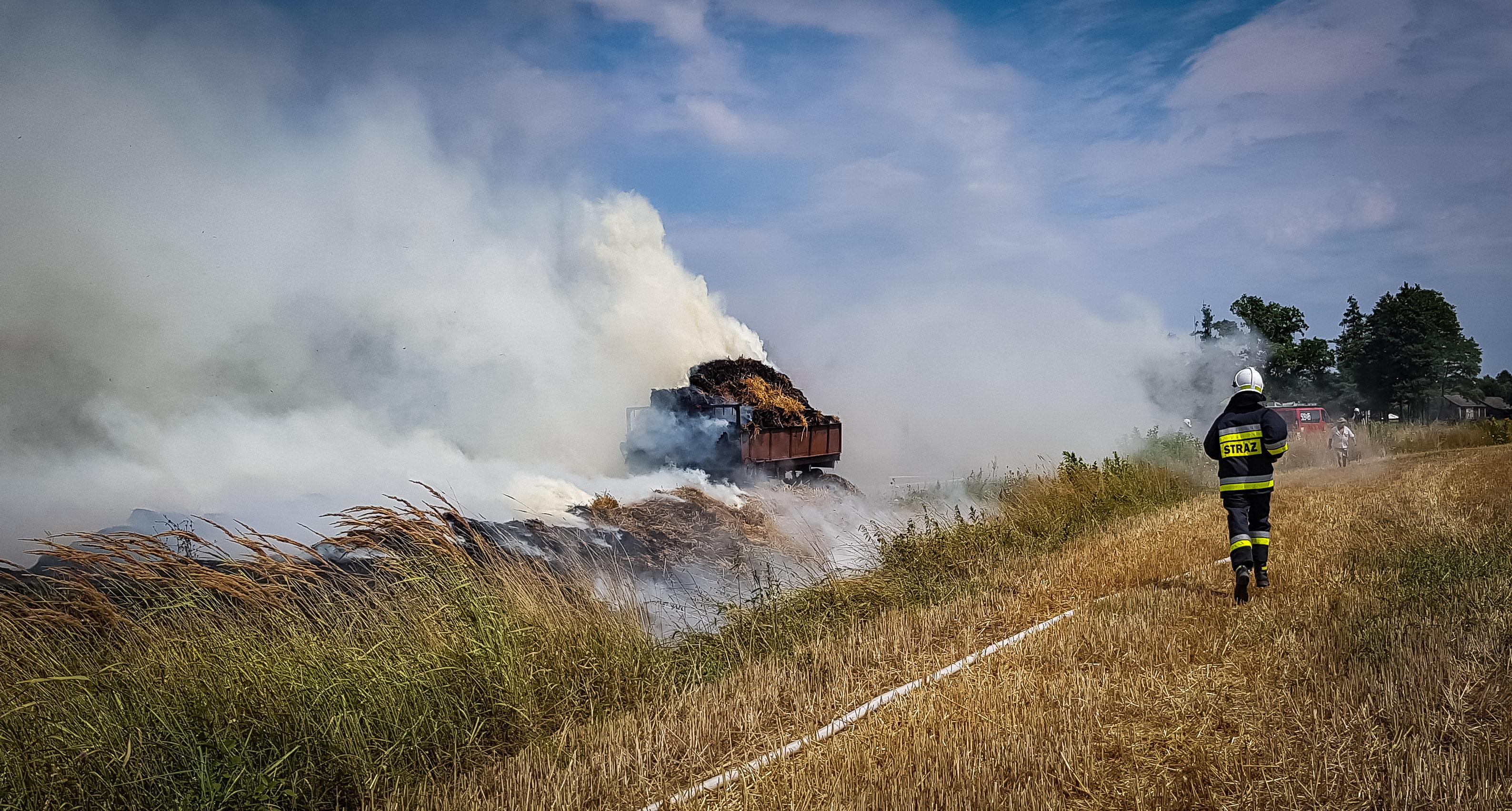 Pożar przyczep ze słomą! [FOTO, VIDEO] - Zdjęcie główne