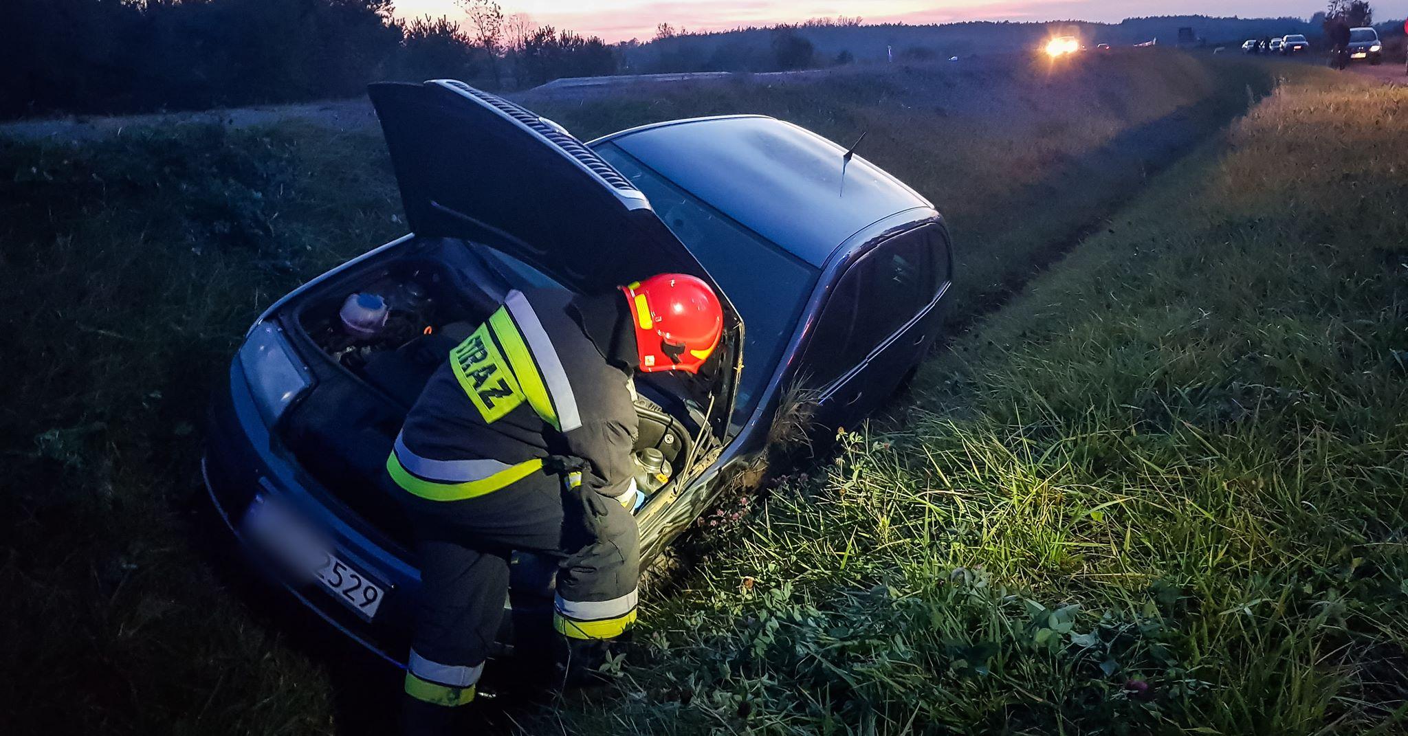 Stracił panowanie nad autem i wjechał do rowu [FOTO] - Zdjęcie główne