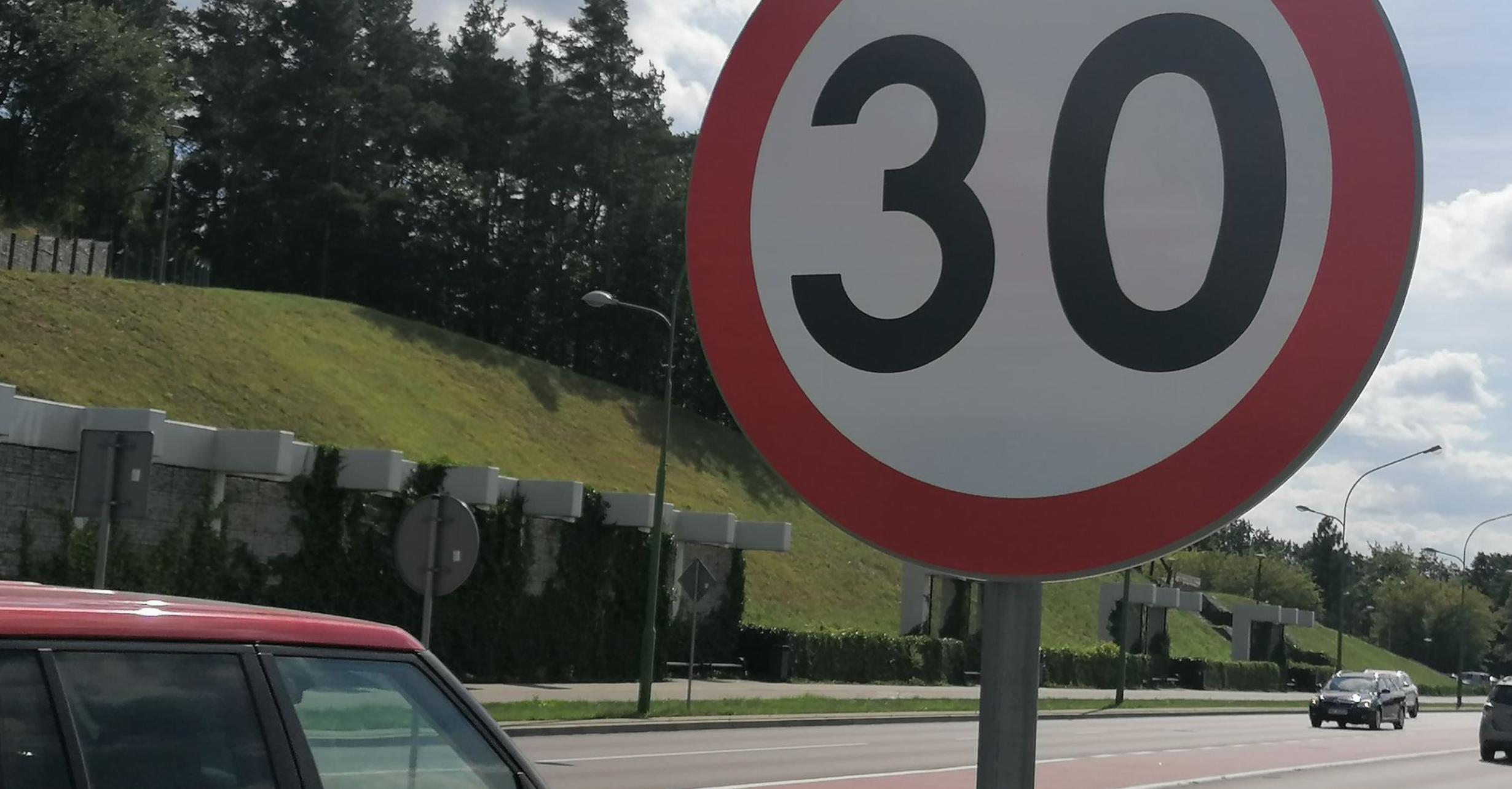 Nowe znaki na Kwiatkowskiego. Kierowcy pytają: Dlaczego? - Zdjęcie główne