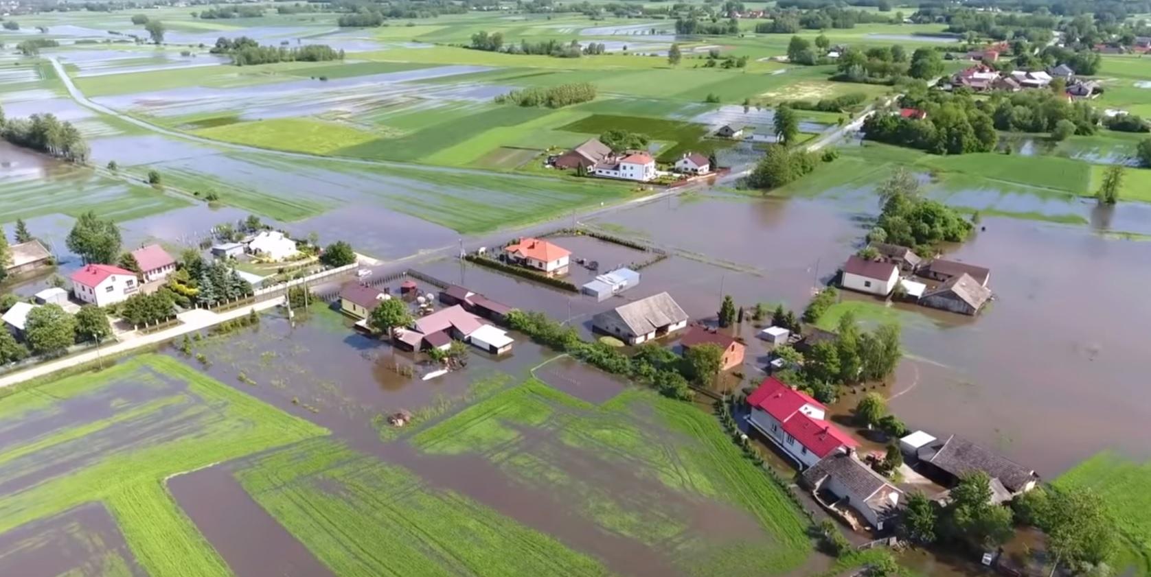 Woda w Brniu Osuchowskim i Kawęczynie na filmiku z drona [VIDEO] - Zdjęcie główne