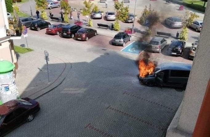 Samochód w ogniu na radomyskim rynku - Zdjęcie główne