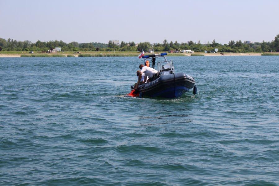 Dwaj mężczyźni pili alkohol pływając po Jeziorze Tarnobrzeskim - Zdjęcie główne