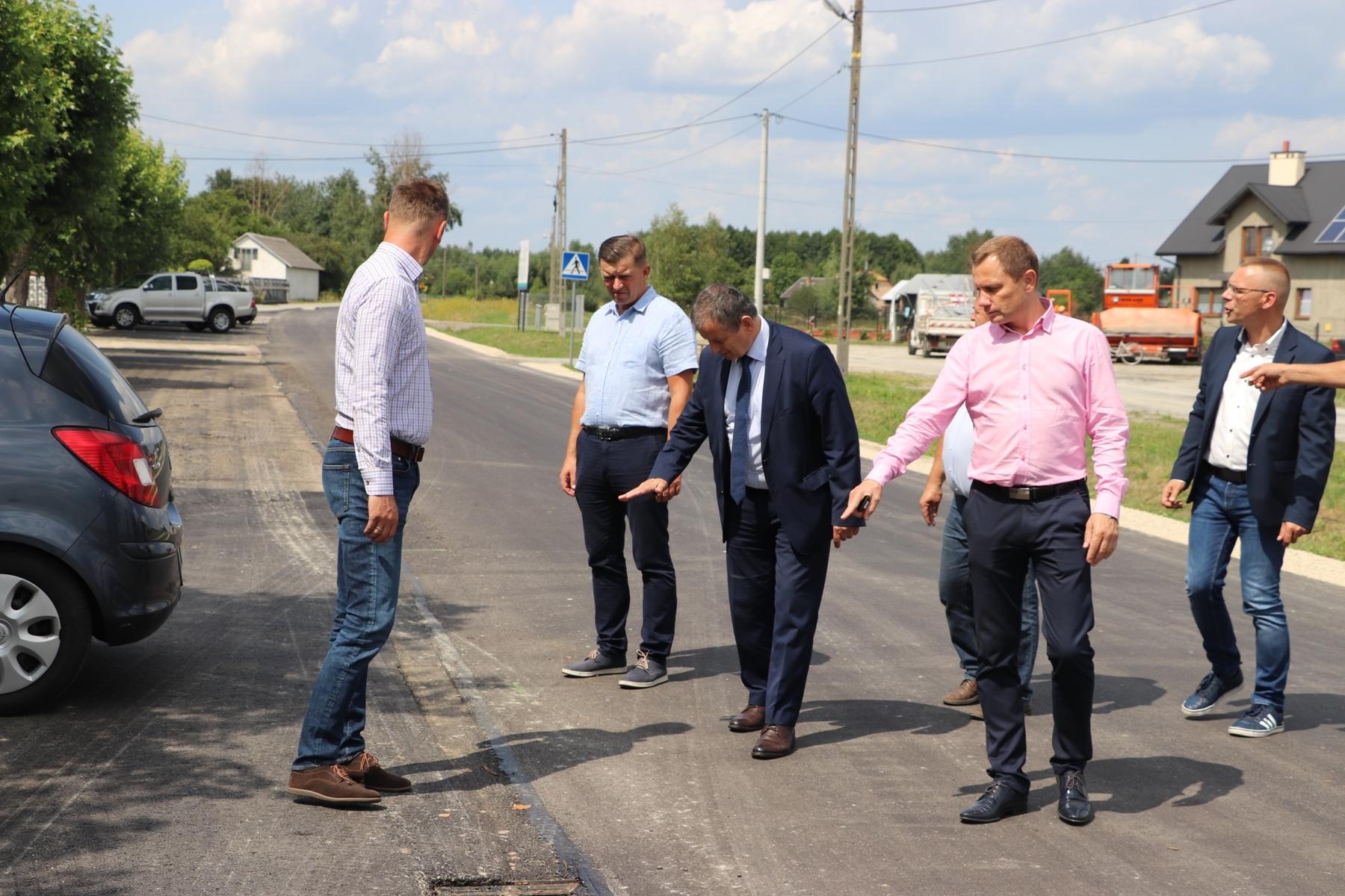 Równiutki asfalt na drogach gminy Padew Narodowa - Zdjęcie główne