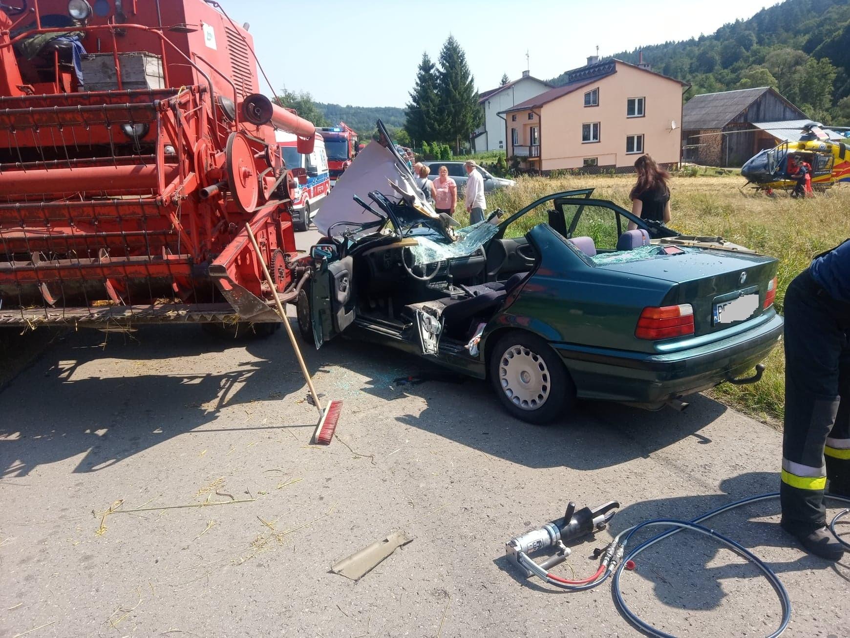 Z PODKARPACIA. Kierowca BMW nadział się na heder w kombajnie - Zdjęcie główne