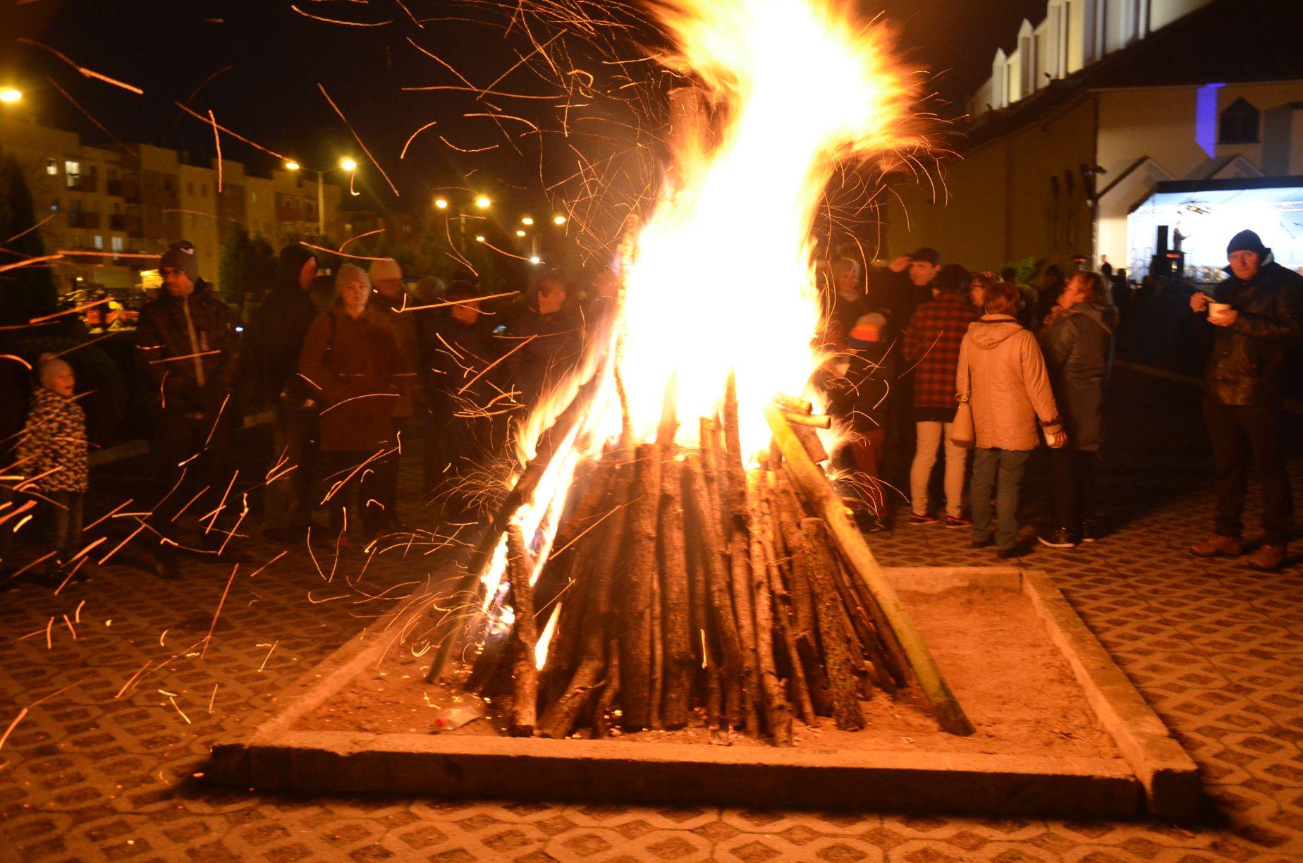 Niepodległość przy największym ognisku w Mielcu [FOTO] - Zdjęcie główne