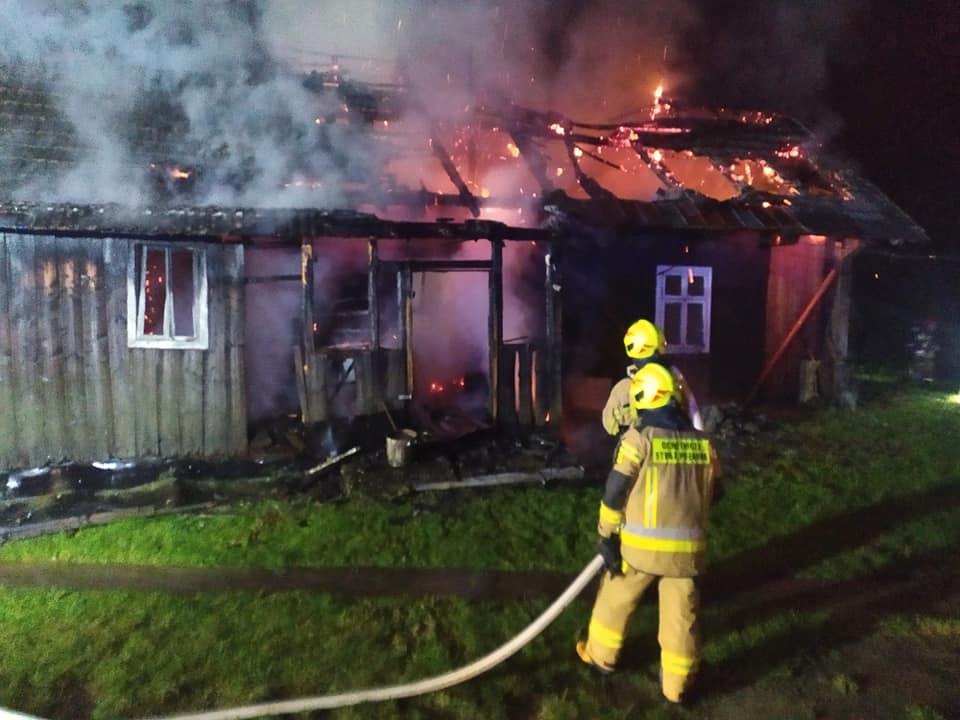 Potężny pożar domu! Gasiło go kilkunastu strażaków [ZDJĘCIA] - Zdjęcie główne