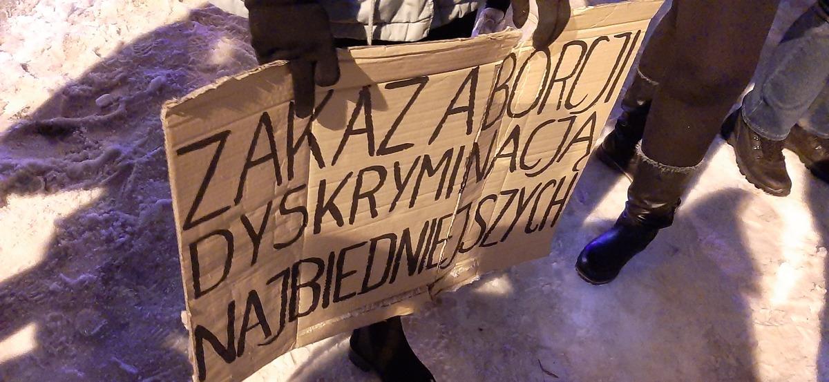"""Strajk Kobiet w Rzeszowie: """"Jesteśmy skazane na to, żeby rodzić śmierć"""" [ZDJĘCIA, VIDEO] - Zdjęcie główne"""