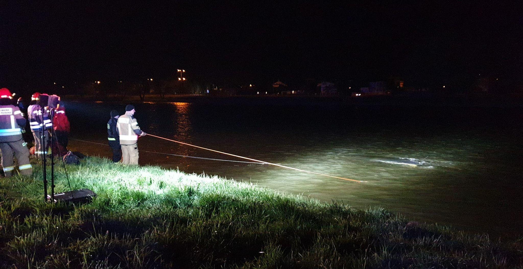 Pijana nastolatka nacisnęła pedał sprzęgła! Auto stoczyło się do rzeki - Zdjęcie główne