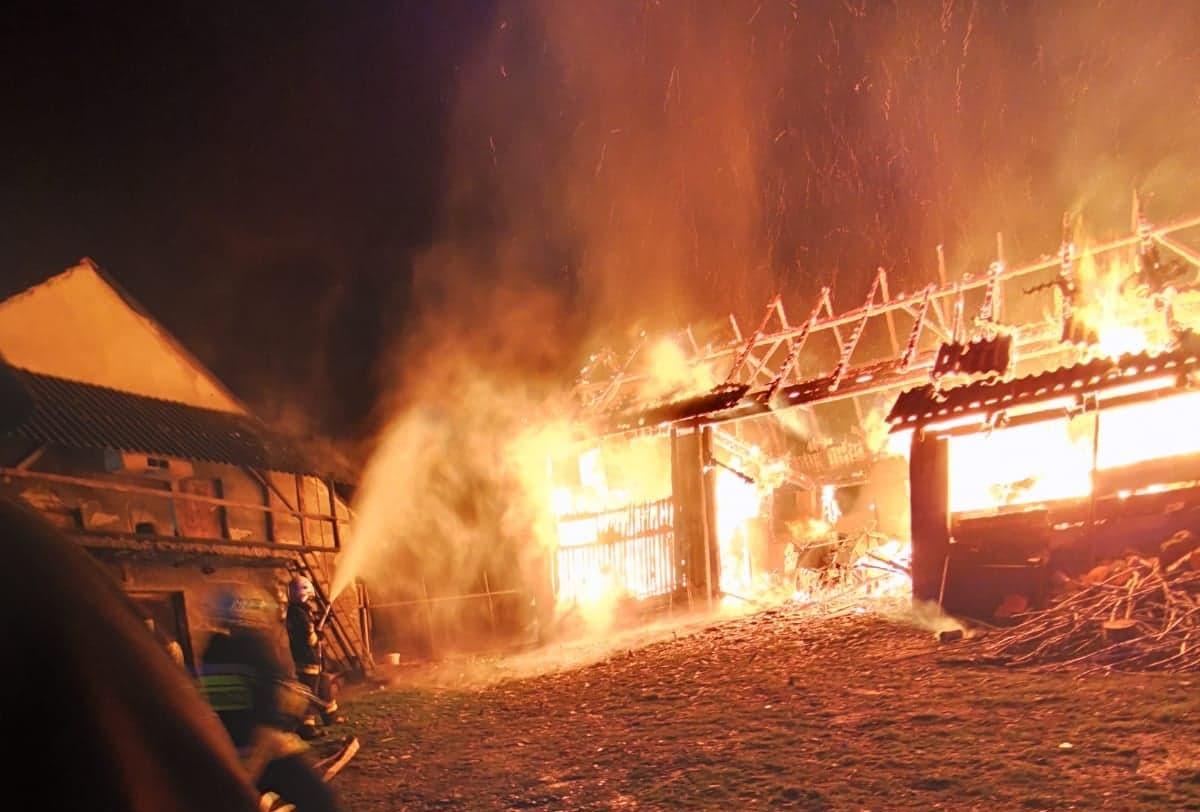 Wybuchł pożar w Słotowej. Spłonął budynek gospodarczy [ZDJĘCIA] - Zdjęcie główne