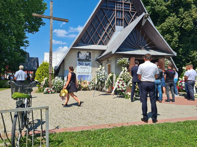 Marzena i Mariusz spoczęli we wspólnym grobie. Łamiący serca pogrzeb ofiar wypadku pod Stalową Wolą [ZDJĘCIA] - Zdjęcie główne