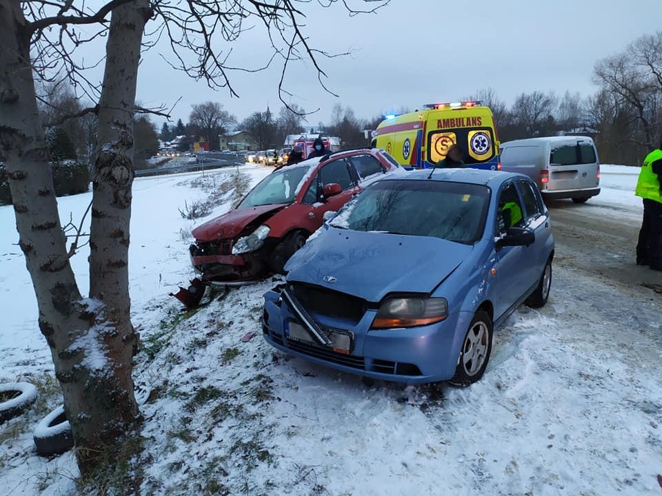 Daewoo zderzyło się czołowo z Suzuki. Auta wylądowały na chodniku - Zdjęcie główne