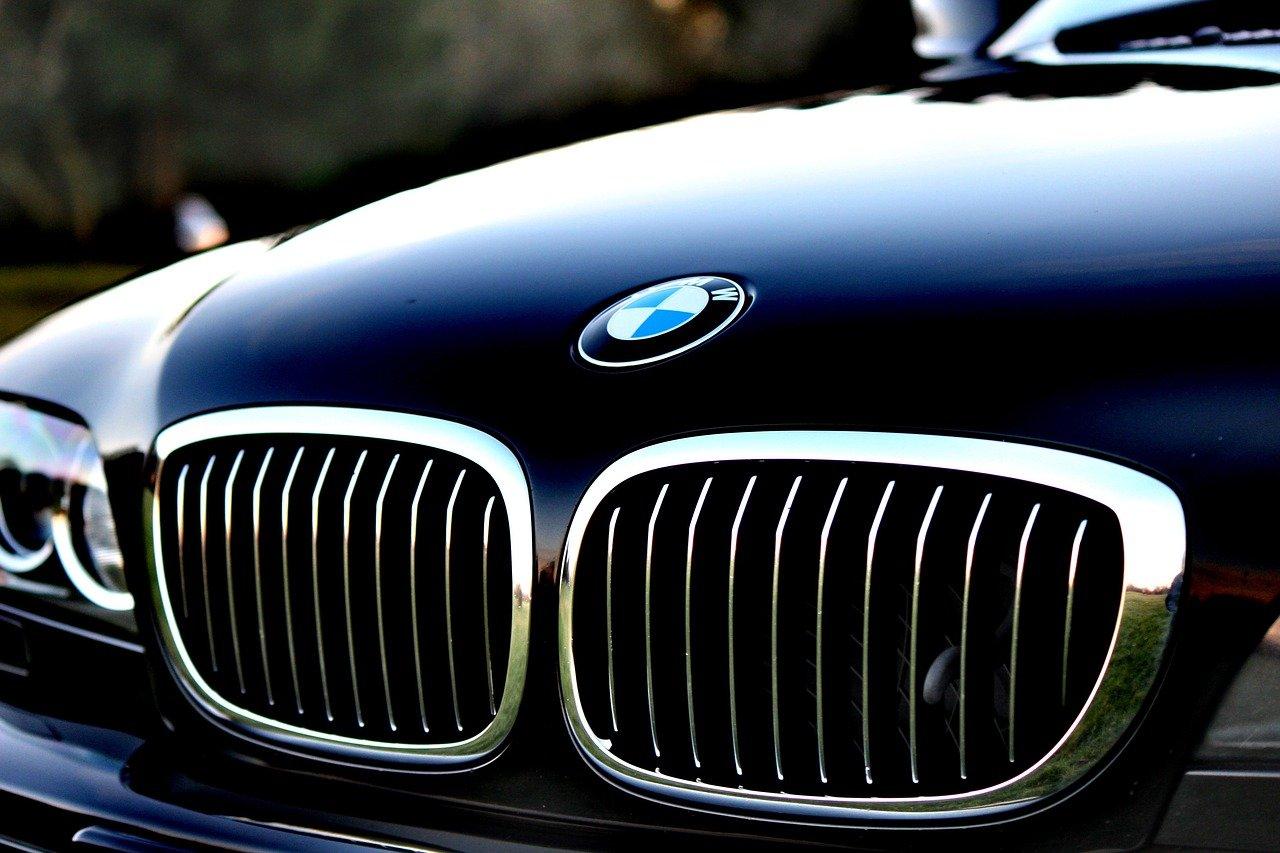 BMW dachowało po uderzeniu w betonowy przepust - Zdjęcie główne
