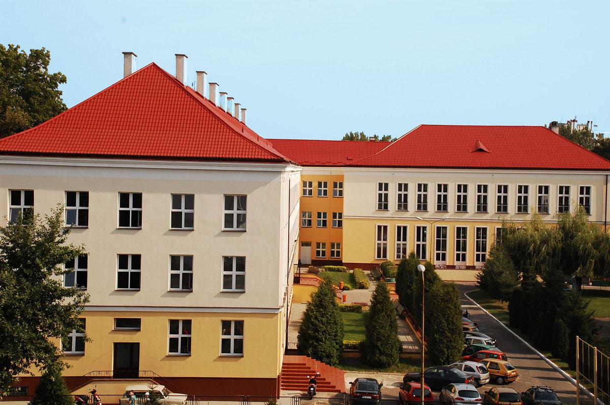 Nowa hala przy Zespole Szkół na Towarnickiego. Wcześniej wytną drzewa - Zdjęcie główne